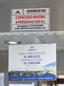 Cartel advertencia Ascensores del plata