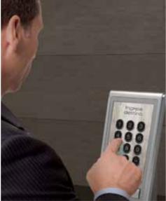 Hombre pulsando botones
