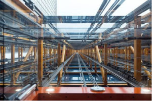 Hueco de un ascensor con techo de vidrio