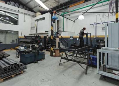 Hombre trabajando en las instalaciones de Beltek