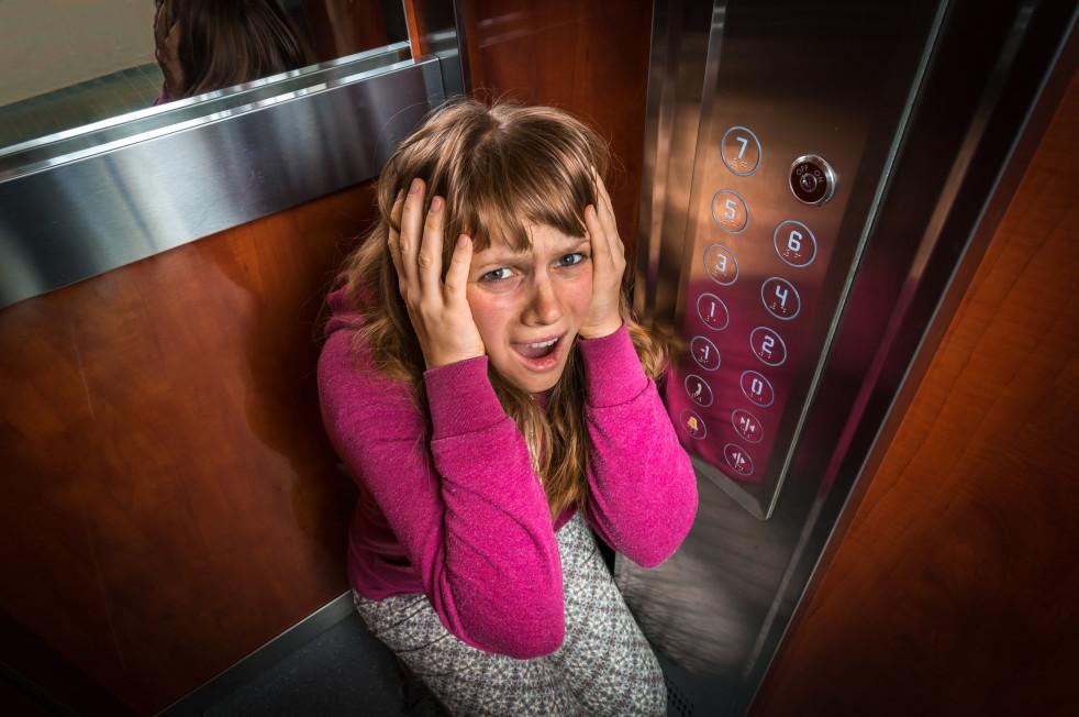 ¿Cómo enfrentar un encierro en el ascensor debido a un corte de luz?